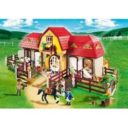 Velká koňská farma s výběhem